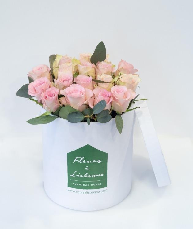 Fleurs à Lisbonne - Caixa Alta de Rosas Cor de Rosa e Eucalipto 1