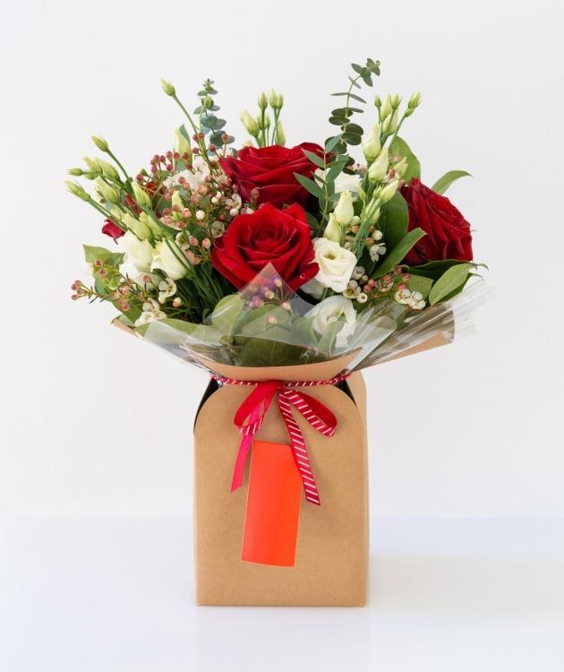 Fleurs à Lisbonne - Caixa de Rosas Vermelhas e Eucalipto 1